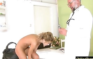 Older doctor emphasis sexy blonde to have vocalized sex